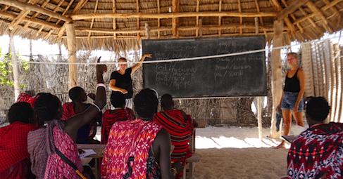 Frivilligt arbejde i udlandet Hands on Zanzibar Højskole i udlandet Zanzibar Højskolen elever underviser Masaier i engelsk undervisning